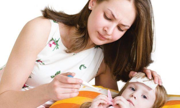 Trẻ bị sốt nên làm gì?