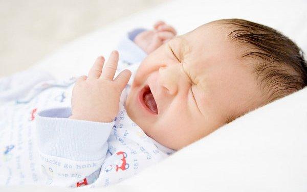 Trẻ sơ sinh bị sổ mũi, cha mẹ cần làm gì?