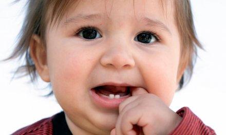Phụ huynh nên làm gì khi trẻ sốt mọc răng?