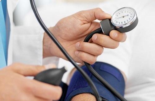 Đo huyết áp để biết có thấp hay không
